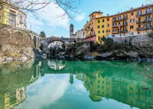 La Dora Baltea scorre sotto il Ponte Vecchio ad Ivrea