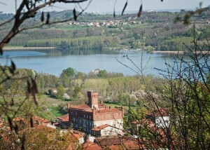 Vista del lago di Candia con il Castello